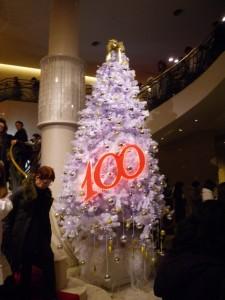 東京宝塚劇場一階ロビーの100周年記念のクリスマスツリー