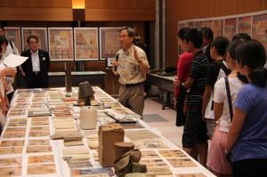 中学生に「戦争と市民」資料展を解説する水島朝穂教授