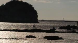 円月島前に佇むカップル